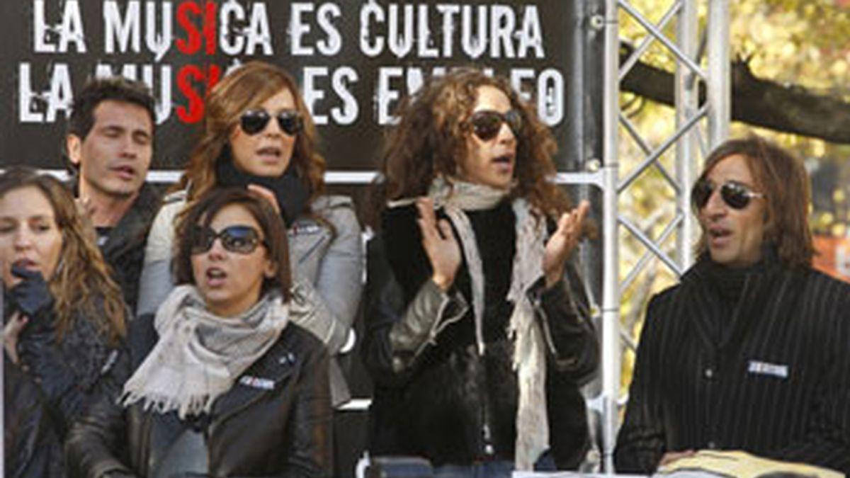 Cantantes como Chenoa (2i), Rosario (2d), David de María (i) y Antonio Carmona, entre otros, durante el acto organizado por la Asociación de Productores de Música de España (Promusicae), se han movilizado contra las descargas ilegales este martes en Madrid. Foto EFE