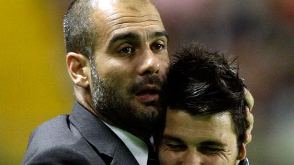Guardiola y Villa se abrazan