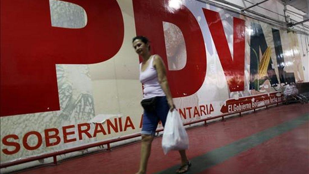 Fotografía que muestra a una mujer que lleva una bolsa con alimentos adquiridos en un supermercado de PDVAL, que es gestionado por el gobierno venezolano, en Caracas. EFE/Archivo