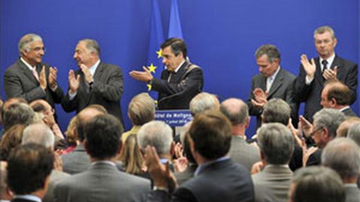 El primer ministro francés, Francois Fillon, recibiendo el aplauso de altos cargos al término de una rueda de prensa celebrada en la sede del Gobierno en París este miércoles. Foto: EFE.