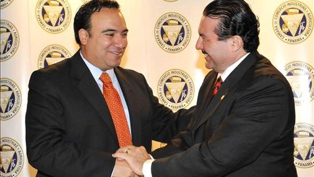 El ministro panameño de Comercio e Industrias, Roberto Henríquez (d), y su homólogo colombiano, Luis Guillermo Plata (i), el pasado 18 de febrero, tras la firma de un documento marco para la negociación de un Tratado de Libre Comercio (TLC). EFE/Archivo