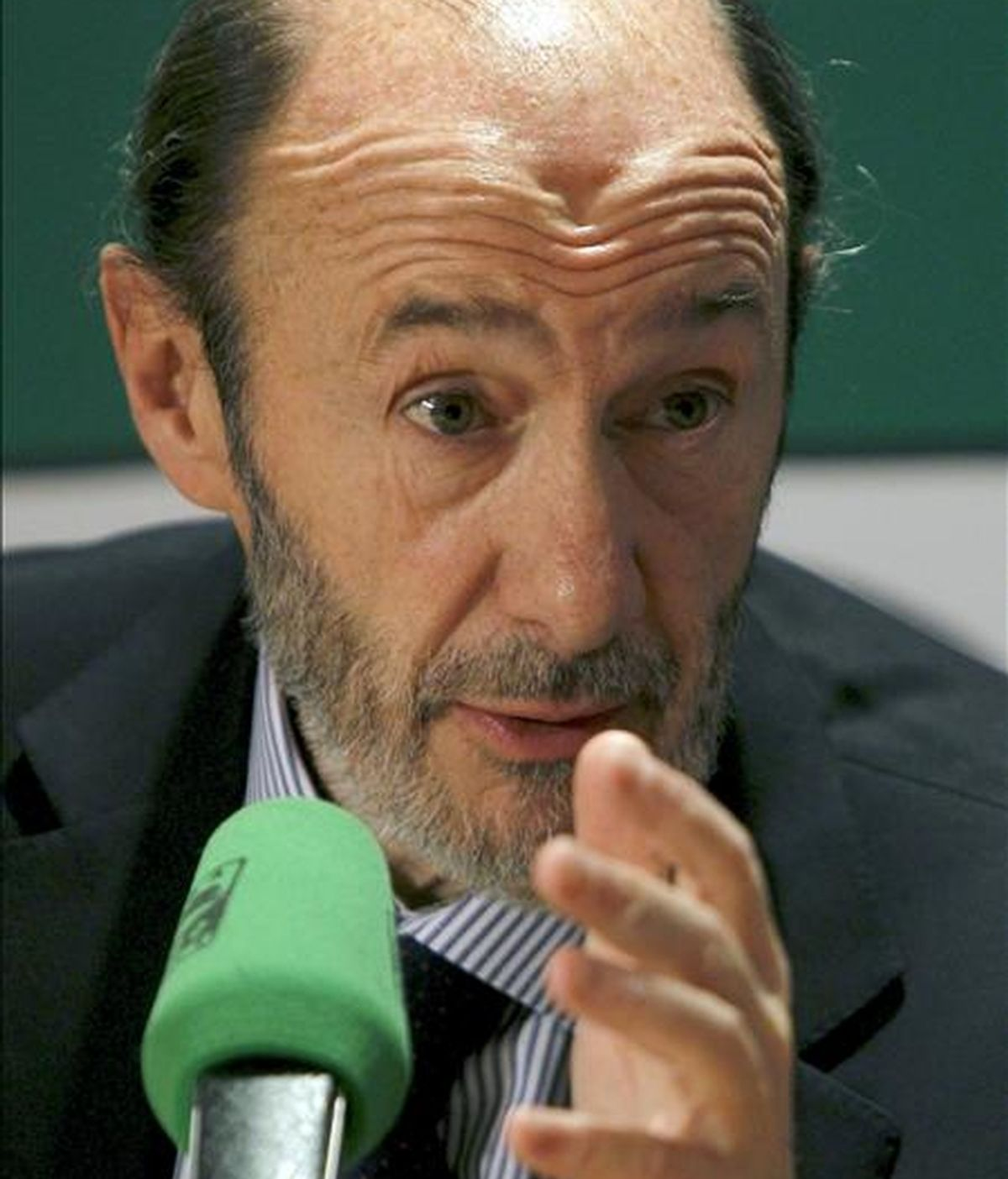 El vicepresidente primero del Gobierno, Alfredo Pérez Rubalcaba, durante la entrevista que concedió hoy a Onda Cero. EFE