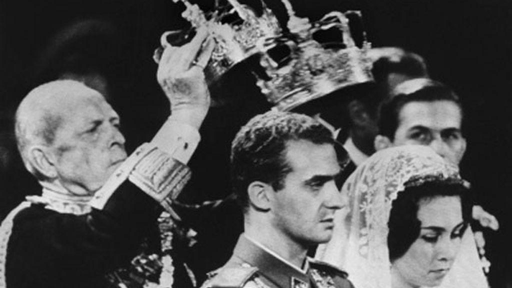El Rey durante el intercambio de coronas durante su boda