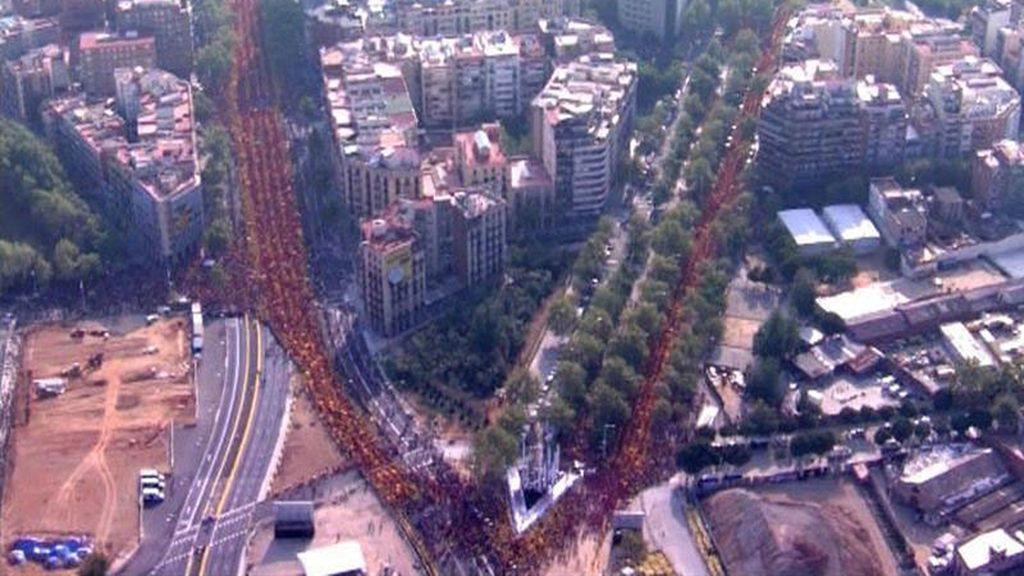 Miles de personas forman una 'V' en Barcelona a favor de la consulta