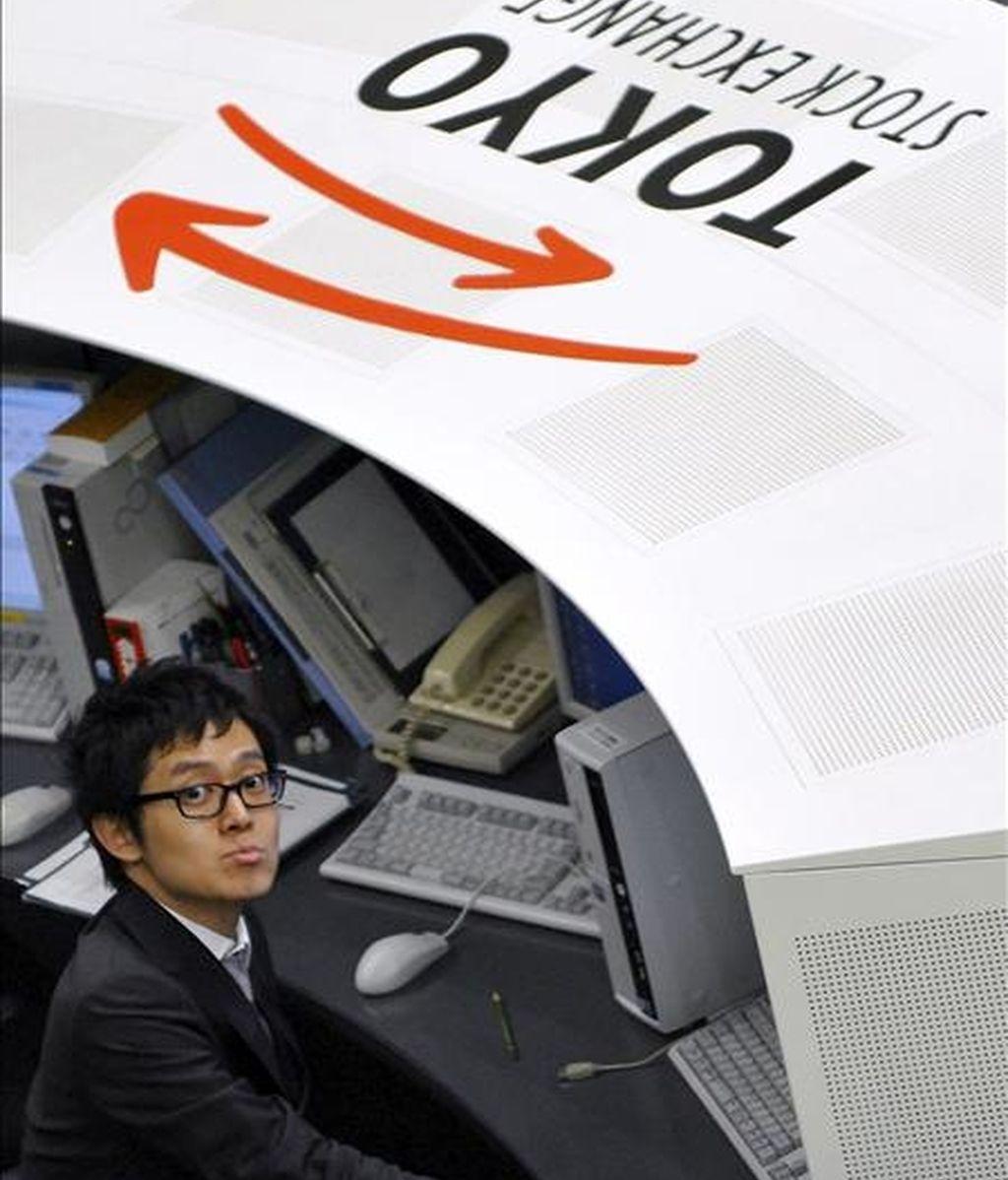 Un agente de la Bolsa de Valores de Tokio trabaja durante la última jornada mercantil del año en Tokio. EFE/Archivo