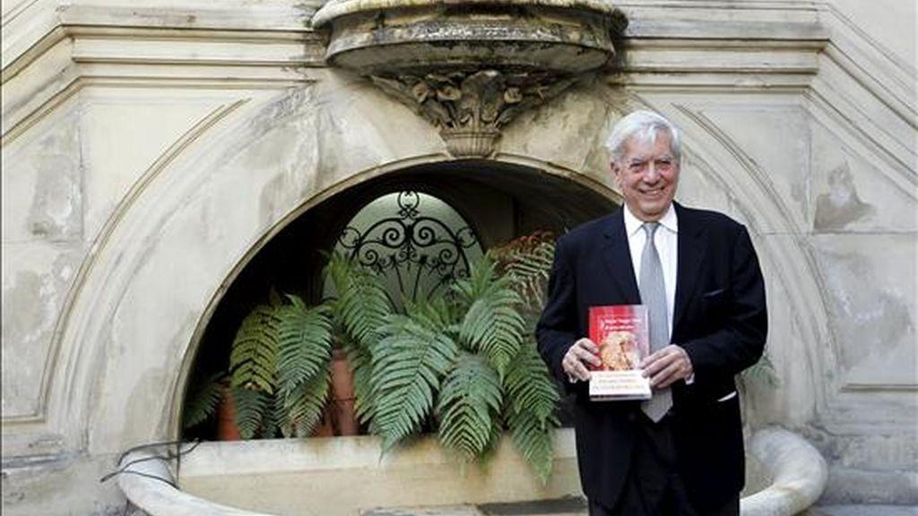 """El escritor peruano Mario Vargas Llosa, Premio Nobel de Literatura, posa con su nueva novela, """"El sueño del celta"""". EFE/Archivo"""