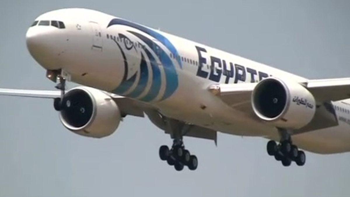 La alarma por humo se activó poco antes de que el avión de EgyptAir se estrellara