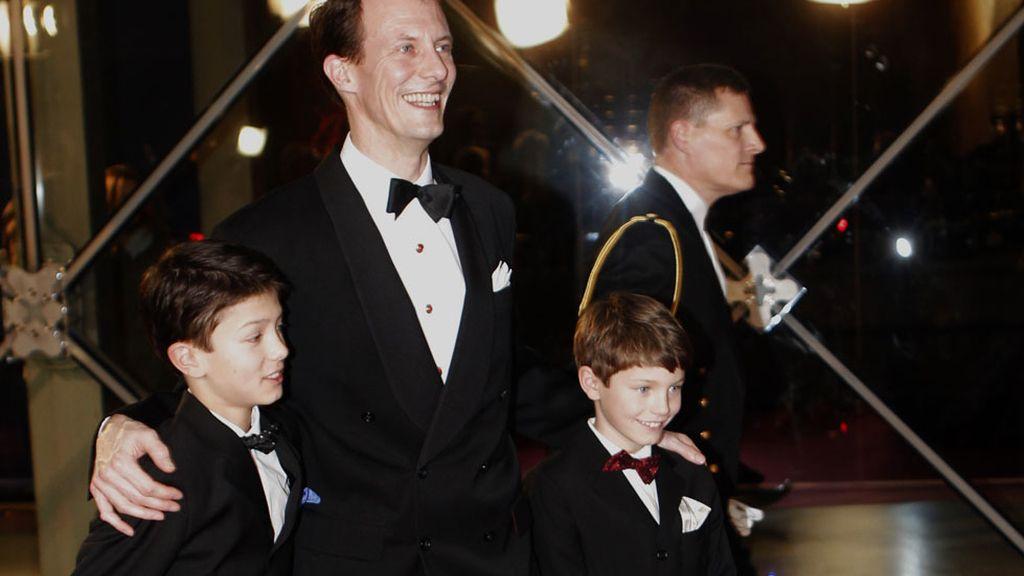 El príncipe Joaquín de Dinamarca y sus hijos Félix y Nicolás en su llegada al DR Concert Hall