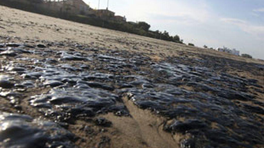 Restos de alquitrán en la arena de la playa del Rinconcillo en Algeciras (Cádiz). Foto: EFE.