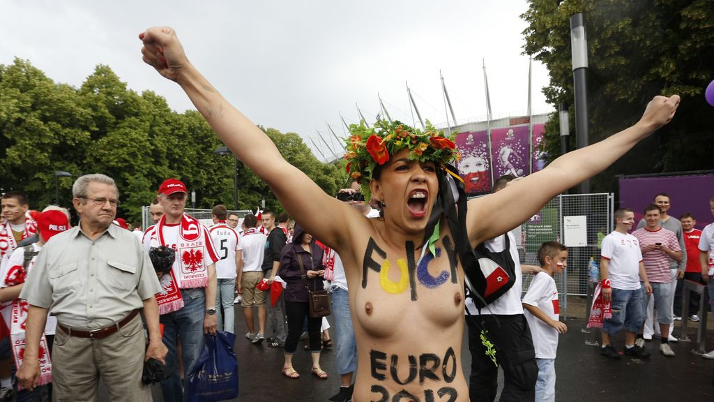 Mujeres polacas se manifiestan desnudas en Varsovia antes del comienzo de la Eurocopa