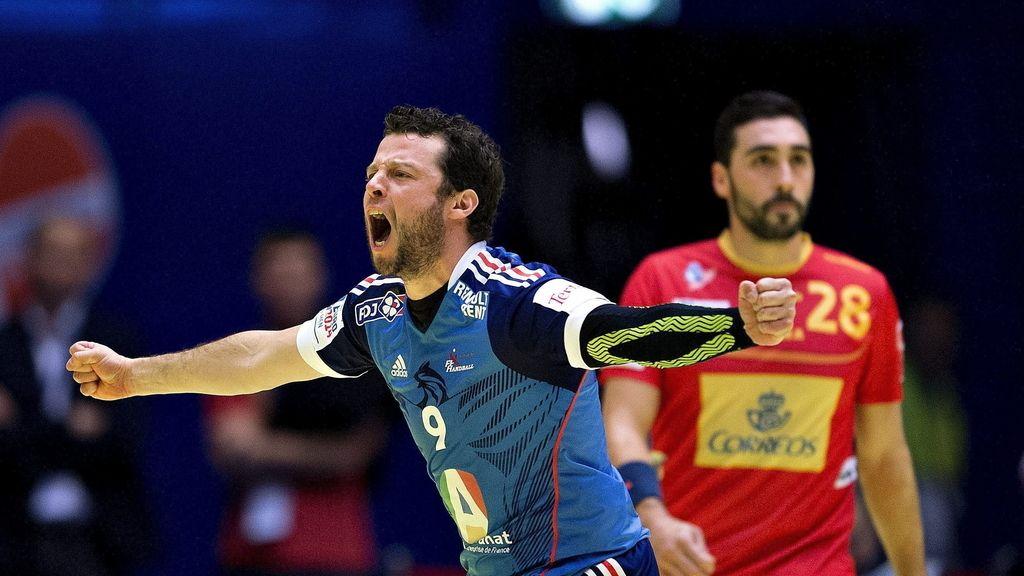 El jugador de la selección francesa de balonmano Guillaume Joli celebra un gol durante el partido Francia-España