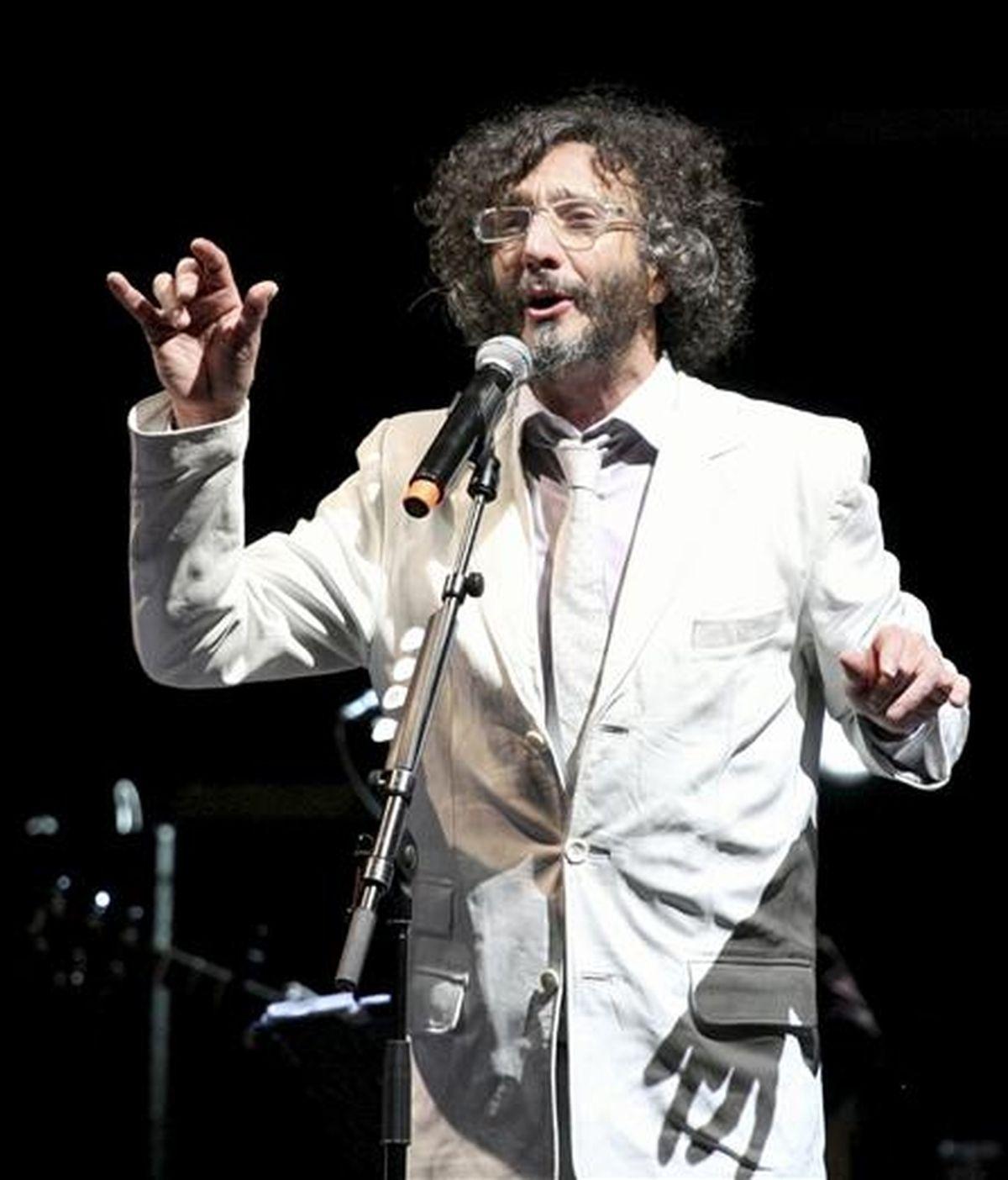 El cantante argentino Fito Páez, durante el concierto ofrecido esta noche en el auditorio Lanuza de Sallent de Gállego, en Huesca, en la tercera jornada del Festival Pirineos-Sur. EFE