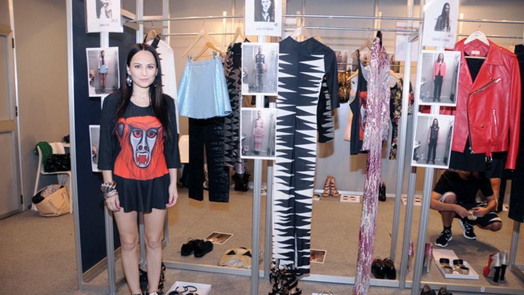 La diseñadora posa junto a su nueva colección a punto de ser desvelada al público.