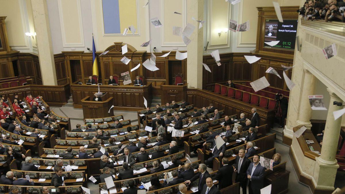 Los seguidores de Yulia Tymoshenko lanzan panfletos en el Parlamento