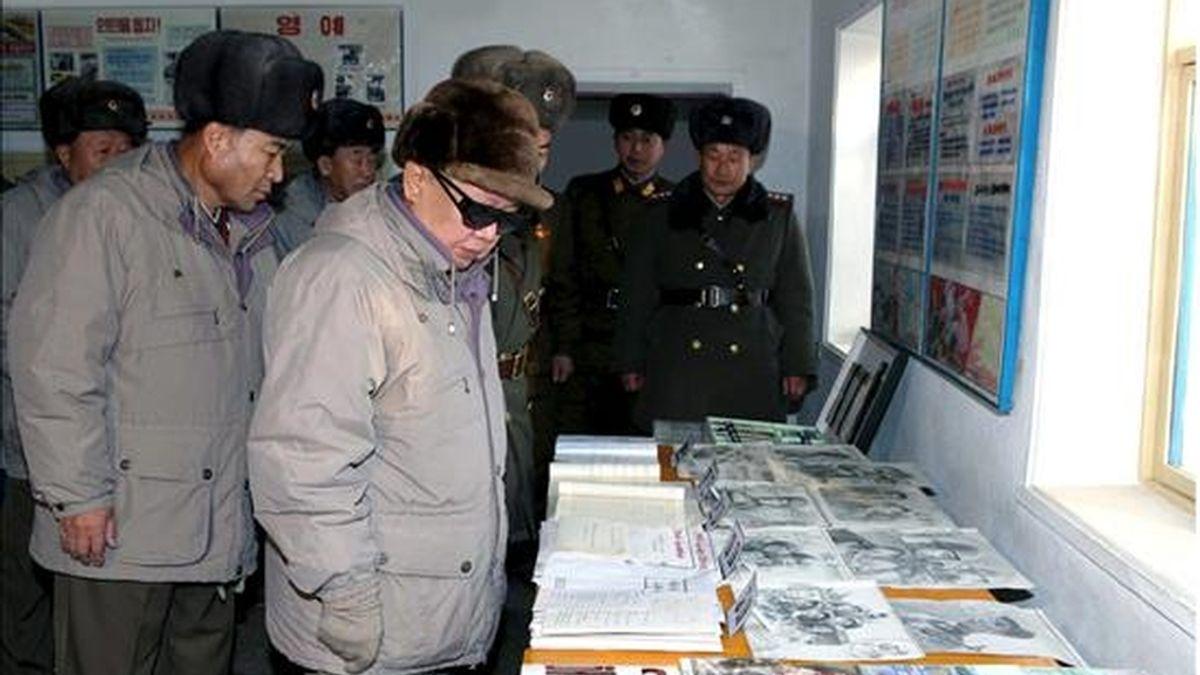Una fotografía sin fecha facilitada hoy por la agencia de noticias de Corea del Norte que muestra al líder norcoreano, Kim Jong-il (c), durante una visita a una base militar en un lugar no especificado en Corea del Norte. EFE