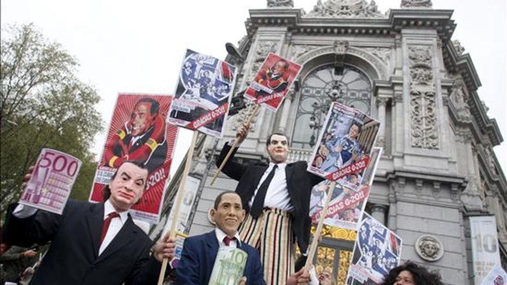 Un momento de la manifestación realizada esta tarde en Madrid contra la cumbre del G-20, que se reúne en Londres el 2 de abril. EFE