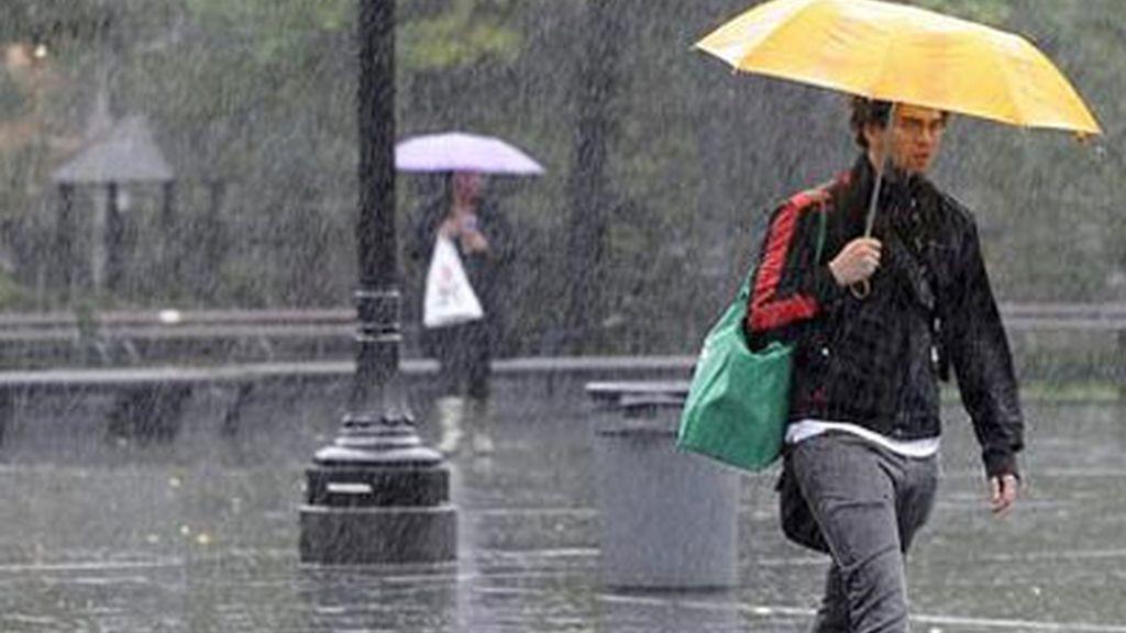 Un hombre se protege de la lluvia con un paraguas