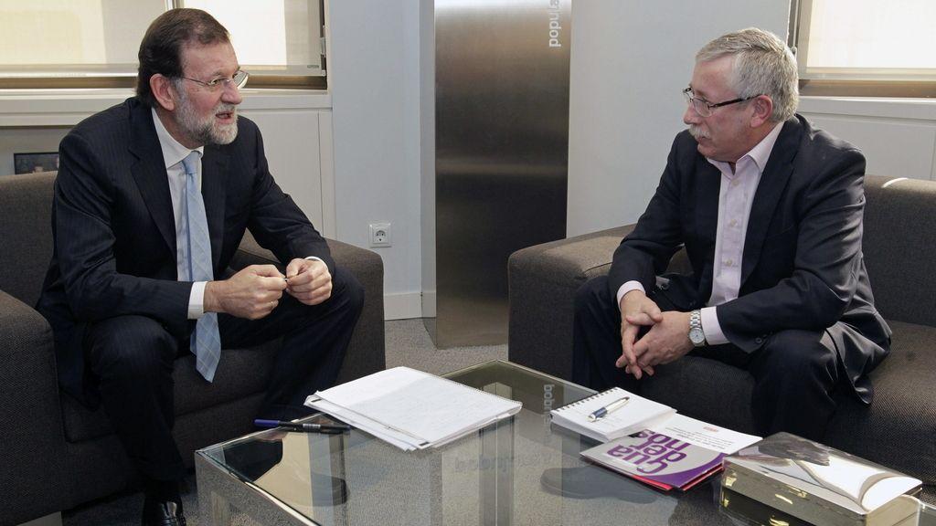 El próximo presidente del Gobierno, Mariano Rajoy, recibe en su despacho de la sede del PP al secretario general de CC.OO, Ignacio Fernández Toxo