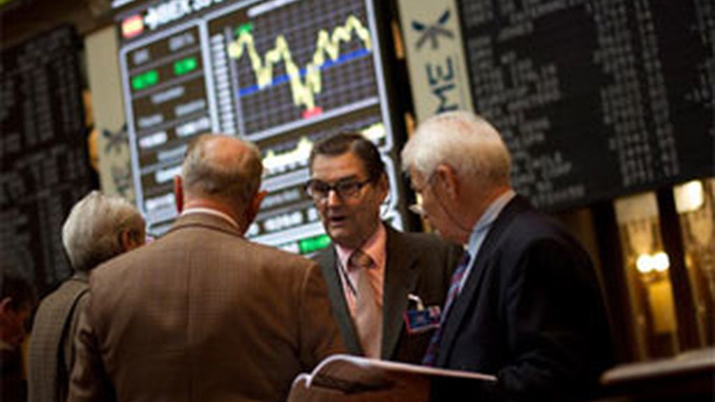 El principal indicador del mercado bursátil español, el IBEX 35, caía al mediodía. Foto: EFE.