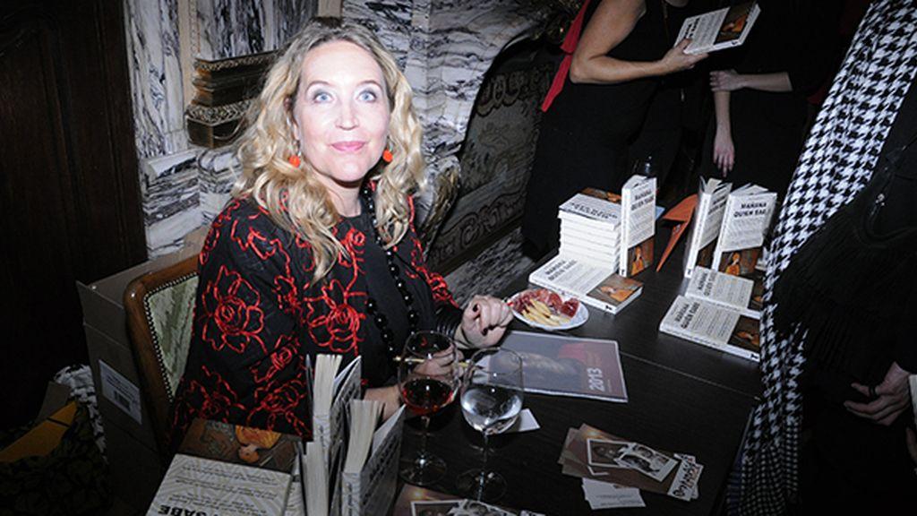 """Lisa Lovatt-Smith firmando ejemplares de """"Mañana quién sabe"""""""