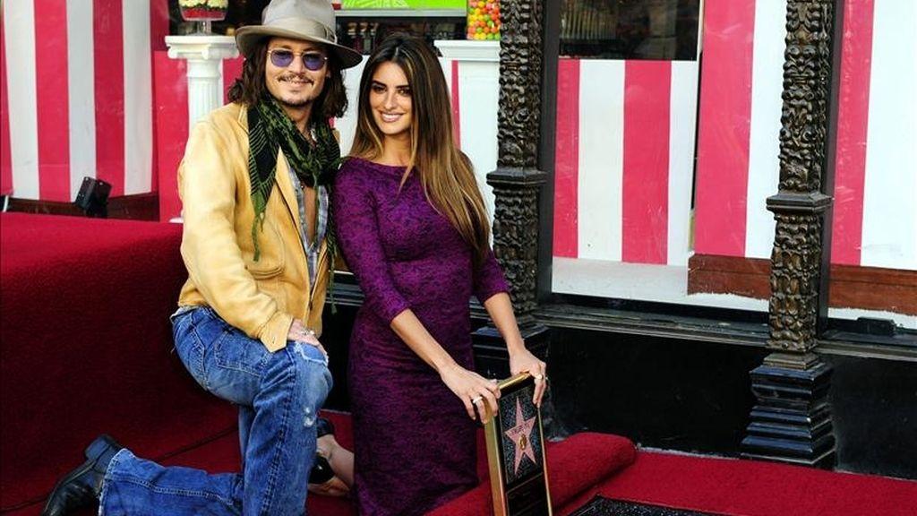 La actriz española Penélope Cruz posa junto al actor Johnny Depp al lado de su estrella del Paseo de la Fama de Hollywood durante una ceremonia en la que Cruz recibió la estrella número 2436 del Paseo de la Fama de Hollywood. EFE