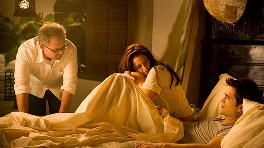 El director Bill Condon habla con Kristen Stewart y Robert Pattinson antes de la escena de cama