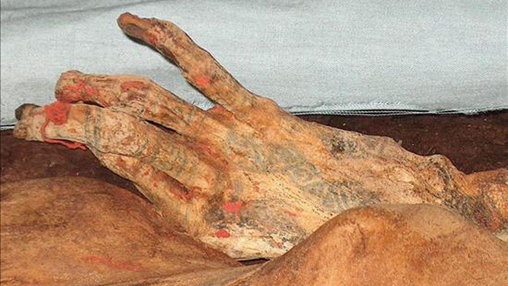 Detalle de los tatujares en la mano de la Señora de Cao, encontrada en el año 2005 enla norteña provincia peruana de Trujillo, la única mujer gobernante que por ahora se cree tuvo el antíguo Perú. EFE/Archivo