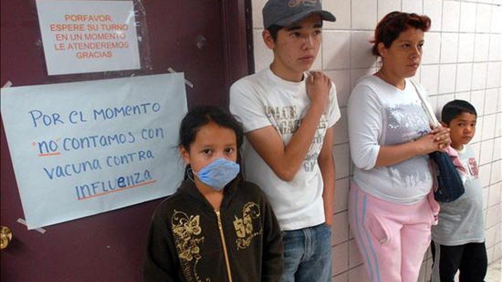 Pacientes esperan atención en un centro de salud de Ciudad de México, en el marco de un brote de influenza porcina que afecta al país y que obligó a suspender este las clases en todas las escuelas y universidades de la capital mexicana y del vecino Estado de México. La presencia de este virus ha provocado hasta el momento 16 muertes, pero se estudian otros 45 decesos similares. EFE