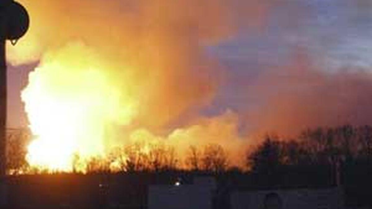 Vista del fuego y el humo sobre el arsenal militar de la ciudad de Uliánovsk, en Rusia, tras la serie de explosiones causadas por un incendio hace una semana. Foto: EFE