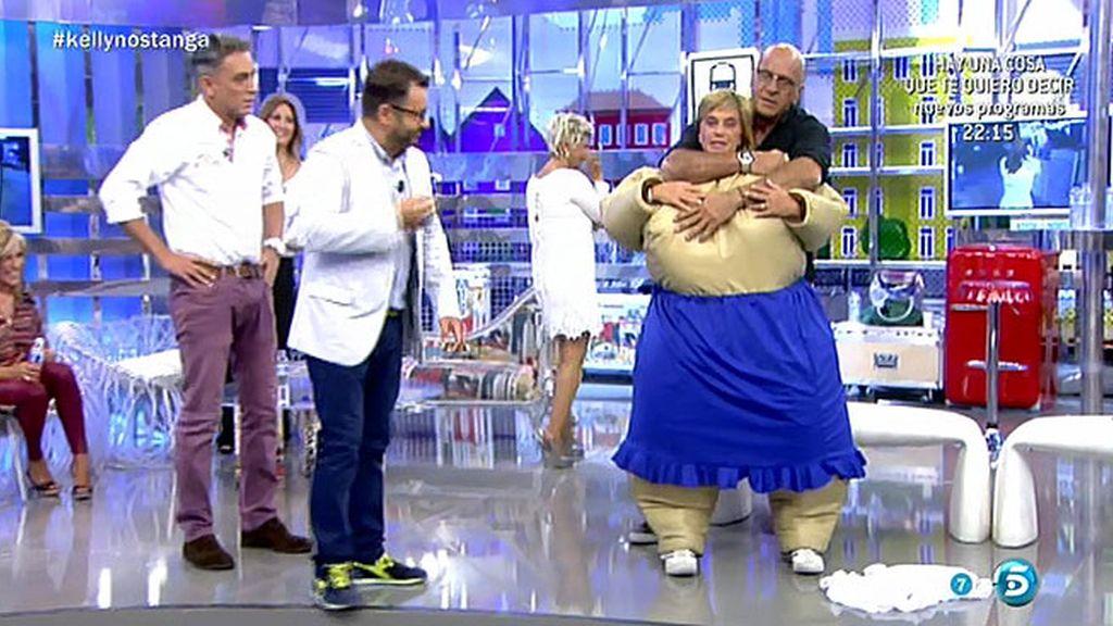 Vestida con un traje de sumo, Chelo acaba tumbada en el suelo