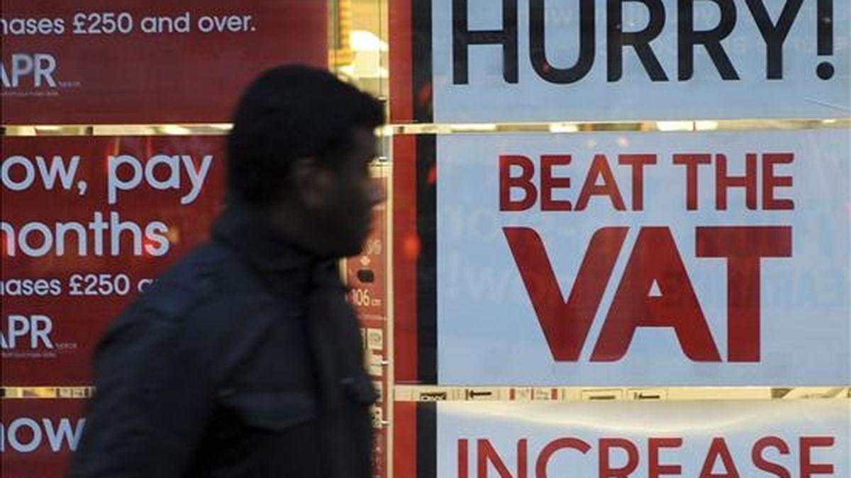 """Unos carteles en los que se lee """"Date prisa, adelántate a la subida del VAT"""" cuelgan de un escaparate en un comercio de Londres, Reino Unido, hoy, martes 4 de enero de 2010. El Impuesto al Valor Agregado (VAT), que grava la mayor parte de los bienes y servicios en el Reino Unido, se incrementa desde hoy del 17,5 por ciento al 20 por ciento, lo que generará al Gobierno británico unos ingresos anuales de 13.000 millones de libras (14.820 millones de euros). EFE"""