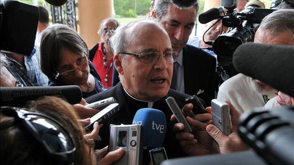 En la imagen, el cardenal cubano Jaime Ortega responde el 7 de julio preguntas de los medios. EFE