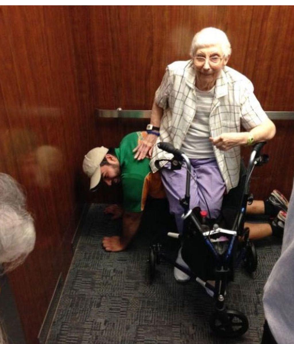La foto del joven que cedió su espalda para que una anciana se sentara