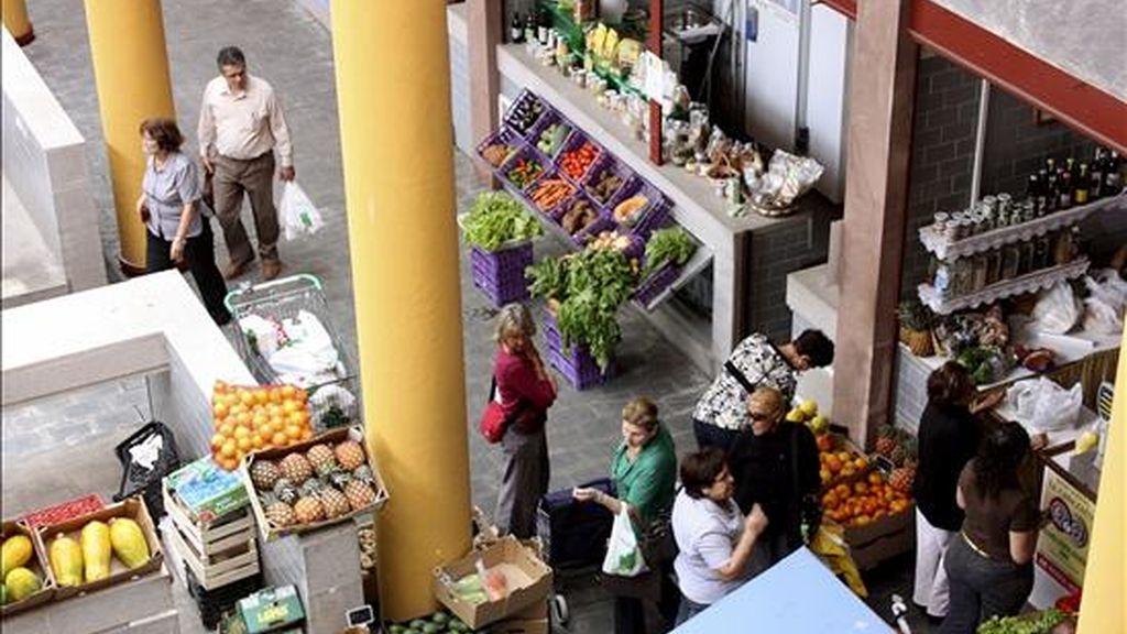 En la imagen, varias personas realizan sus compras en un mercado. EFE/Archivo