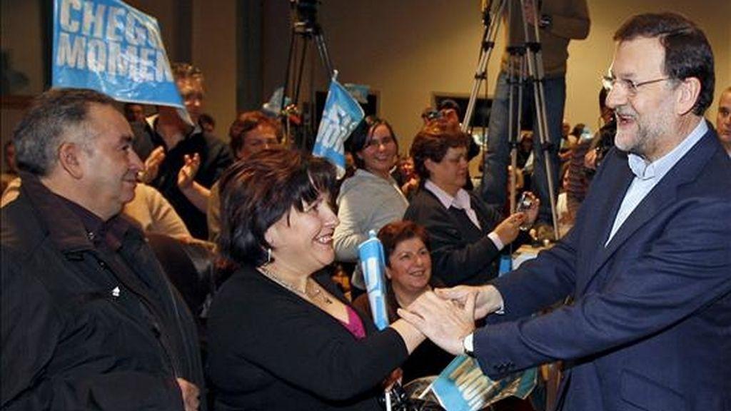 El líder del PP, Mariano Rajoy, saluda a unos simpatizantes en Bussigny (Suiza). EFE