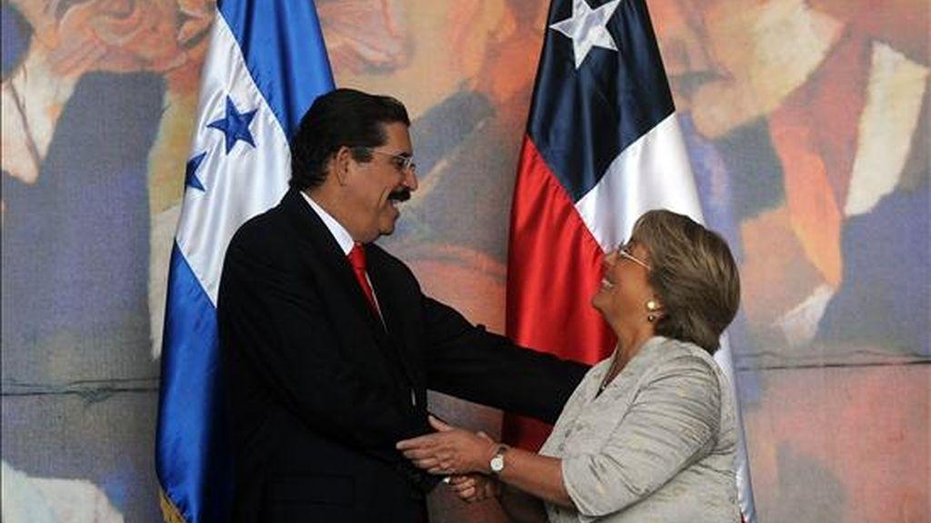 El presidente hondureño, Manuel Zelaya (i), saluda a su homóloga de Chile, Michelle Bachelet (d), a su llegada a la Casa Presidencial en Tegucigalpa (Honduras). EFE