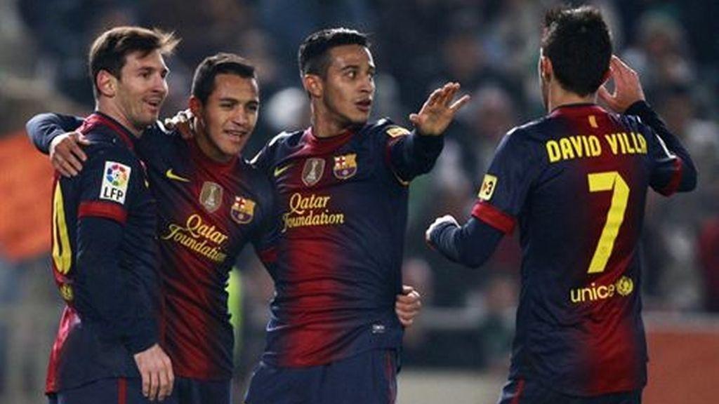 Jugadores del FC Barcelona felicitan a Messi por su gol