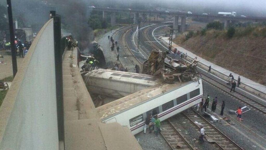 Varios muertos al descarrilar un tren de pasajeros en Santiago
