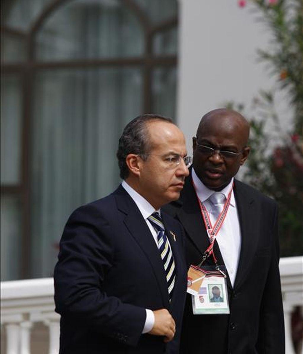 El presidente de México, Felipe Calderón, a su llegada, este 19 de abril, a la residencia del primer ministro de Trinidad y Tobago, Patrick Manning, poco antes de la ceremonia de clausura de la V Cumbre de las Americas. EFE