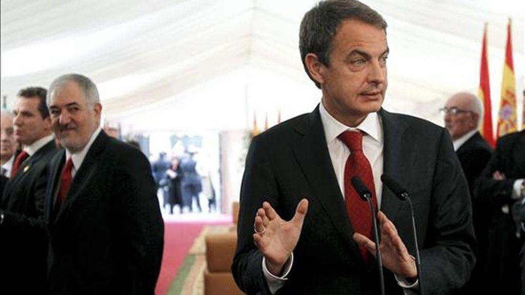"""El presidente del Gobierno, José Luis Rodríguez Zapatero, durante las declaraciones que hizo hoy a los periodistas en el Congreso antes de asistir a los actos conmemorativos del Día de la Constitución, en las que ha defendido la gestión de la crisis provocada por los controladores aéreos que ha llevado a cabo el Ejecutivo y no ha descartado pedir una prórroga del estado de alarma """"en función de cómo evolucionen las circunstancias"""". EFE"""