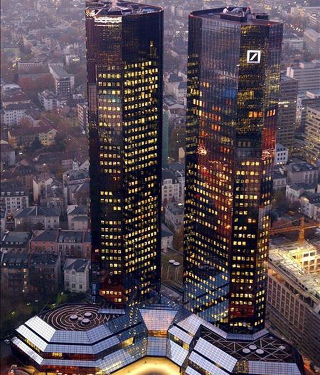 Foto del 26 de noviembre de 2007 que muestra las dos torres gemelas que albergan la sede del banco alemán Deutsche Bank en Fráncfort, Alemania. EFE/Archivo