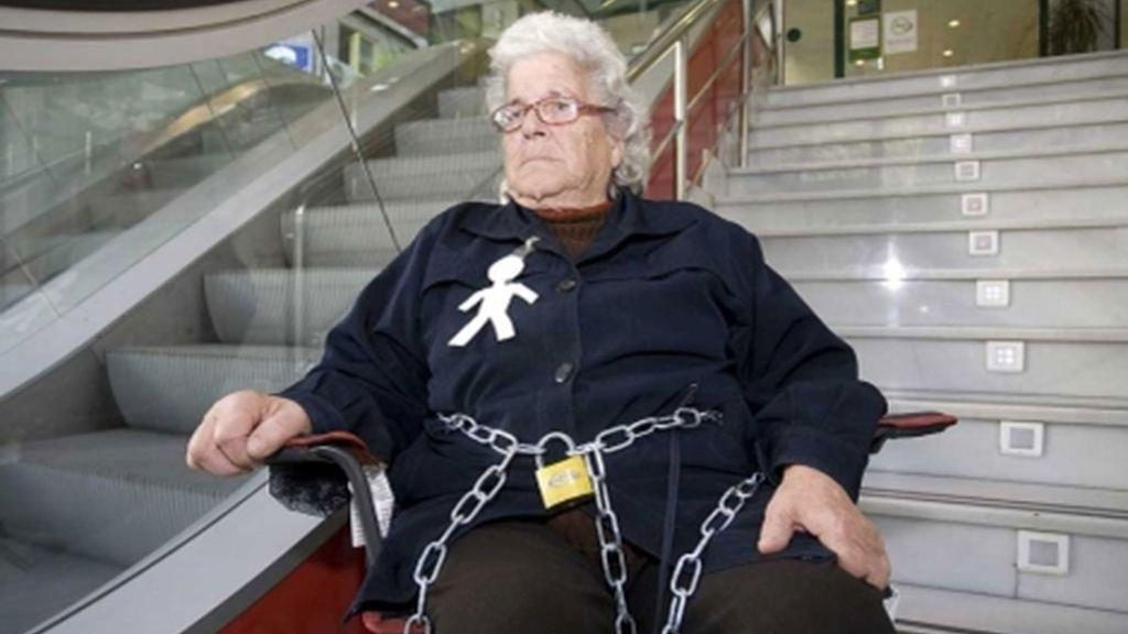 Ángeles Belmonte fue desahuciada tras avalar a uno de sus hijos y en protesta se encadenó a la sucursal bancaria.