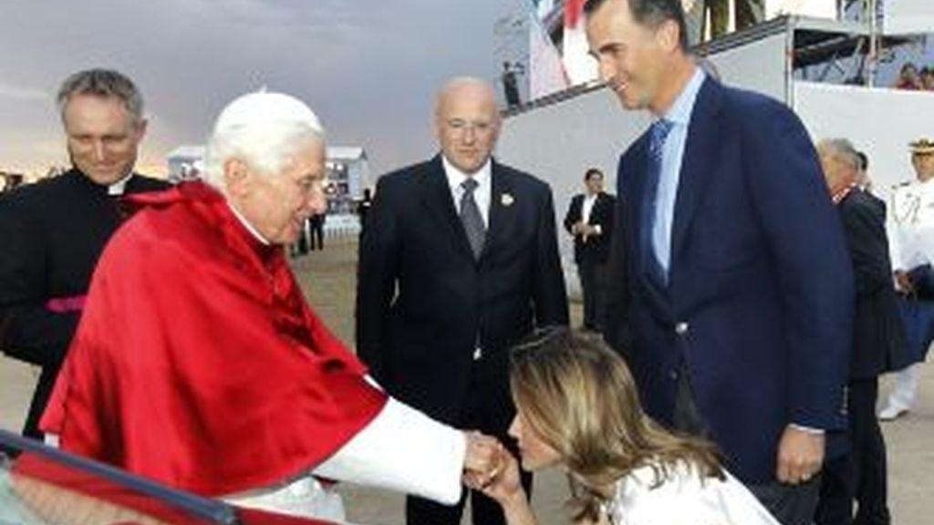 Los Príncipes de Asturias saludan al Papa. EFE