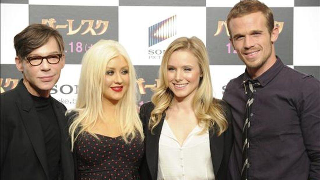(i-d) El director estadounidense Steve Antin, la cantante estadounidense Christina Aguilera, la actriz estadounidense Kristen Bell y el actor estadounidense Stanley Tucci, durante una rueda de prensa para presentar 'Burlesque', largometraje recién estrenado en Estados Unidos que supone el debut de Aguilera en la pantalla grande, en Tokio, Japón. EFE
