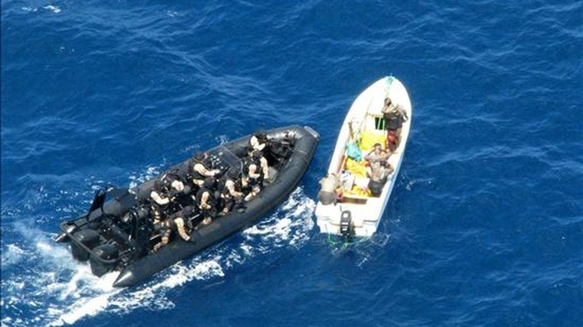 """Una unidad de Guerra Naval Especial del buque de Asalto anfibio """"Galicia"""" intercepta una embarcación ocupada por once presuntos piratas somalíes en aguas del océano Índico entre Kenia y Tanzania. La ONG Ecoterra ha informado de que piratas somalíes retienen a 30 barcos con más de 500 tripulantes. EFE/Archivo"""