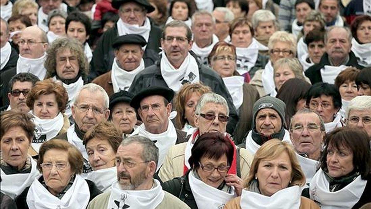 Foto facilitada por la organización Etxerat de la concentración el pasado día 3 en la plaza de la Virgen Blanca, en Vitoria, en adhesión a la manifestación de apoyo a los presos de ETA prevista en Bilbao para este sábado. EFE
