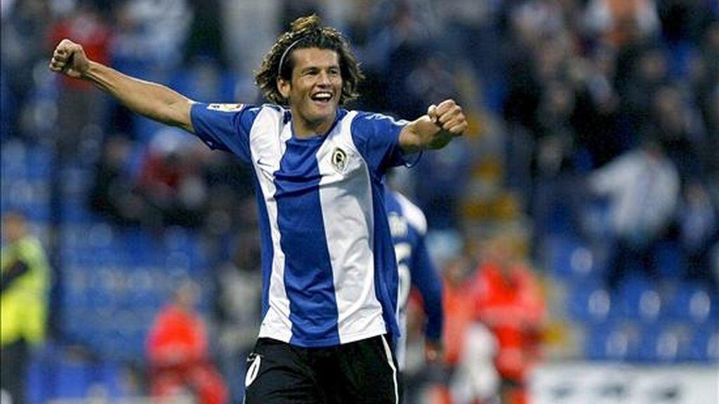 El delantero paraguayo del Hércules, Nelson Valdez, celebra el primer gol de su equipo frente al Levante, durante el partido corerspondiente a la decimotercera jornada de Liga en Primera División que se disputó en el estadio José Rico Pérez de Alicante. EFE