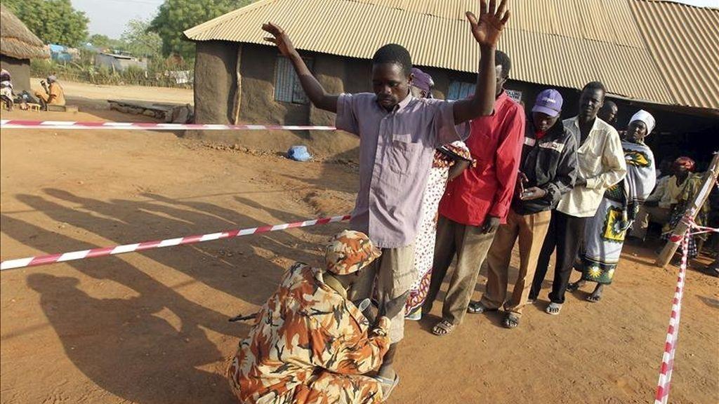 Un hombre es registrado antes de entrar en un centro de votación en Juba, al sur de Sudán, hoy, martes 11 de enero de 2010. Con menos concurrencia a las urnas que ayer, los sudaneses del sur del país participaran por segundo día en su referéndum de autodeterminación, que se prolongará hasta el 15 de enero, fecha en la que comenzarán a contarse los sufragios. EFE