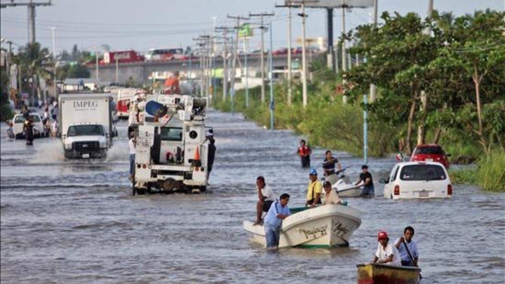 """Personas se trasladan en botes este 18 de septiembre en una de las calles inundadas que dejó a su paso el huracán """"Karl"""" en el municipio de Medellín, en el estado mexicano de Veracruz. EFE/Archivo"""