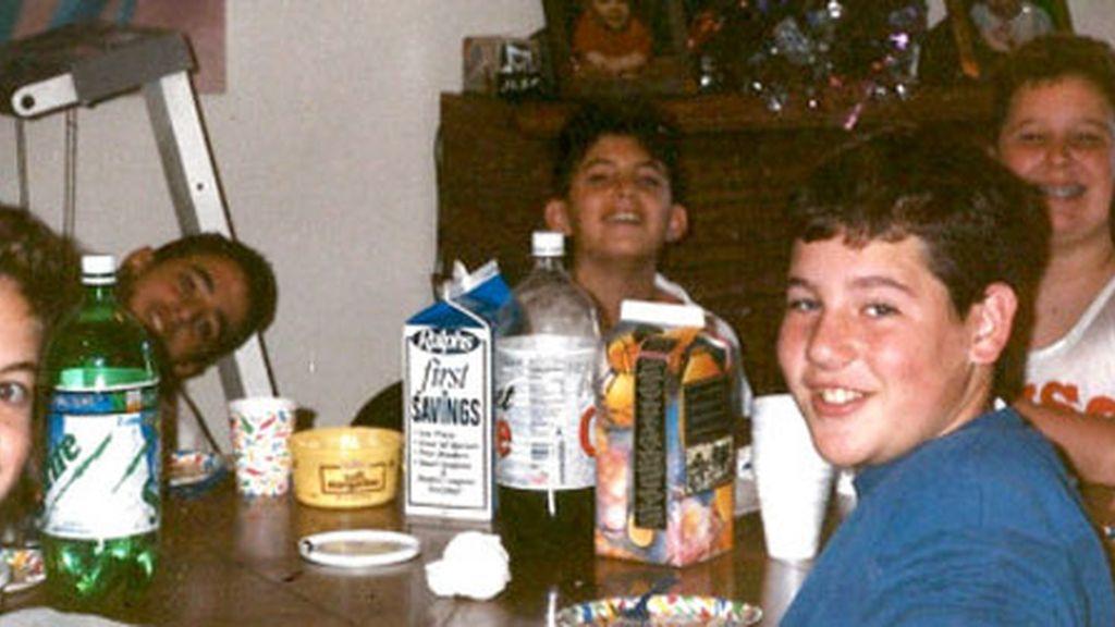 Un grupo de amigos recrean una foto de la infancia 20 años después